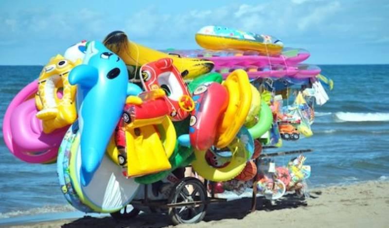 gonfiabili da spiaggia abbandonati diventano oggetti alla moda